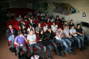 de-jeunes-eleves-attentifs-aux-gestes-qui-sauvent-photo-rl